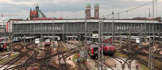 Panorama der Gleise und Stromleitungen am Münchner Hauptbahnhof